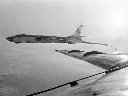 Дозаправка бомбардировщика Ту-16 в воздухе