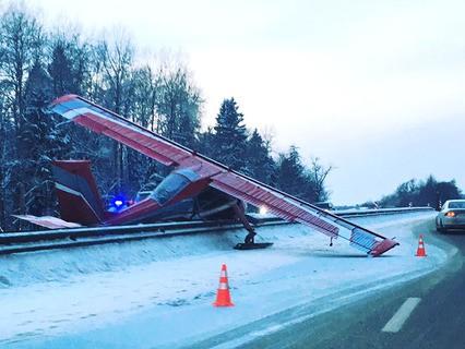 Легкомоторный самолёт совершил жёсткую посадку на Ярославском шоссе