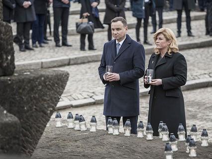 Президенты Польши и Хорватии перед памятником жертвам концлагеря Аушвиц-Биркенау