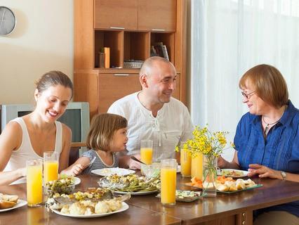 Счастливая семья за ужином
