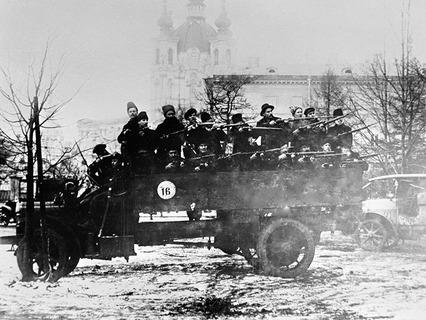 Отряд вооружённых красногвардейцев на грузовике в дни Октябрьской революции