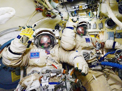 Россияне Сергей Волков и Юрий Маленченко готовятся к выходу в открытый космос