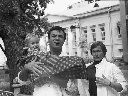 Микрохирург Рамаз Датиашвили и 3-летняя литовская девочка Раса Прасцявичуте после успешной операции
