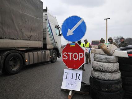 Украинские активисты блокируют движение грузовиков с российскими номерами во Львовской области