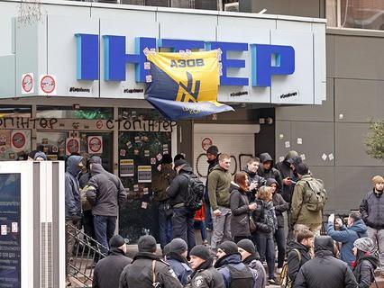 """Бойцы батальона """"Азов"""" штурмуют здание телеканала """"Интер"""""""