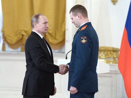 Владимир Путин вручил награды участникам антитеррористической операции в Сирии