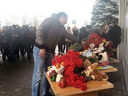Ростовчане несут цветы в аэропорт Ростова-на-Дону
