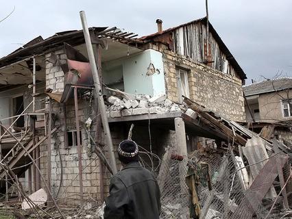 Разрушенный дом в одном из сёл в зоне карабахского конфликта