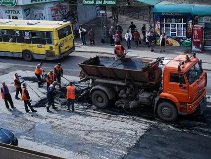 Рабочие во время ремонта дорожного покрытия на улице Кирова в Омске