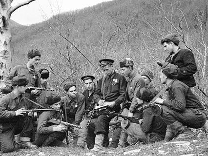 Группа морских пехотинцев-разведчиков получает боевое задание