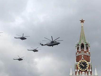 Тяжелый транспортный вертолёт Ми-26 и многоцелевые вертолёты Ми-8 на тренировке групп парадного строя авиации к Параду Победы