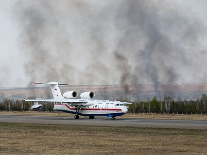 Противопожарный самолёт-амфибия БЕ-200ЧС МЧС России в аэропорту Благовещенска Амурской области