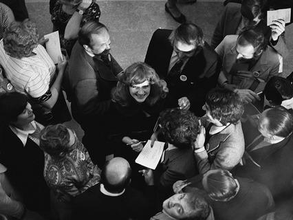 Народная артистка РСФСР Алла Пугачёва раздаёт автографы