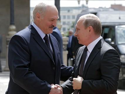 Президент Белоруссии Александр Лукашенко и президент России Владимир Путин во время беседы в Минске.