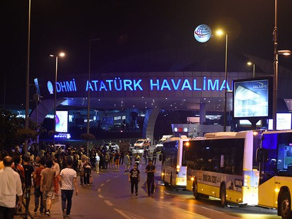 В международном аэропорту имени Ататюрка в Стамбуле прогремели взрывы