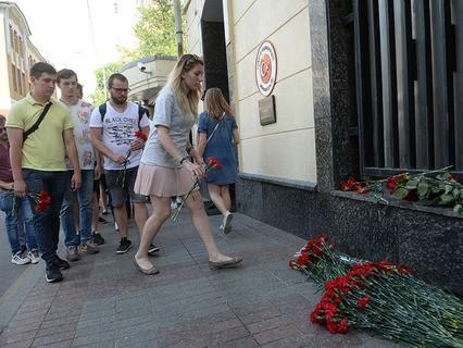 Москвичи несут цветы к посольству Турции в память о погибших в результате теракта в Стамбуле