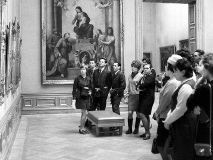 Советские туристы в одном из залов Дрезденской картинной галереи