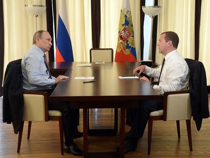 Президент РФ Владимир Путин и председатель правительства РФ Дмитрий Медведев во время встречи в Сочи