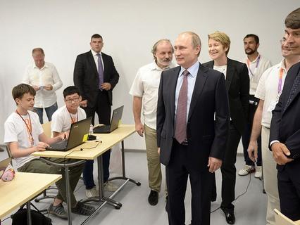 """Владимир Путин посетил образовательный центр для одарённых детей """"Сириус"""" в Сочи"""