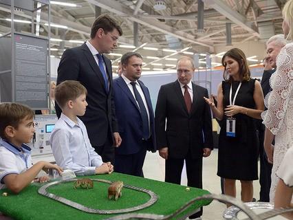 Владимир Путин во время осмотра выставки перед началом заседания экспертного совета Агентства стратегических инициатив в Москве