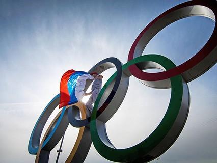 Олимпийские кольца и флаг России