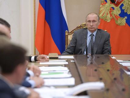 Владимир Путин проводит в Кремле совещание с членами правительства РФ