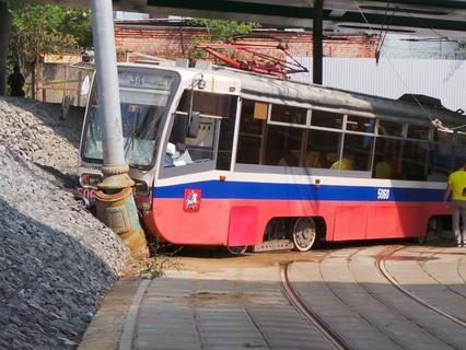 Трамвай сошёл с рельсов на востоке Москвы