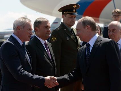 Владимир Путин (второй справа) во время церемонии встречи в аэропорту имени Йоже Пучника в Любляне