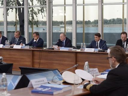 Владимир Путин во время заседания в Волгограде Государственного совета РФ