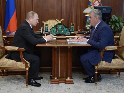 Владимир Путин во время встречи с временно исполняющим обязанности главы республики Коми Сергеем Гапликовым в Кремле