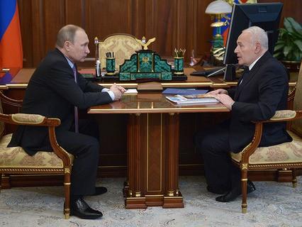 Владимир Путин и губернатор Магаданской области Владимир Печёный во время встречи в Кремле