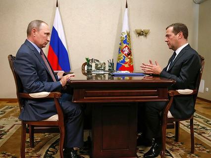 Владимир Путин и Дмитрий Медведев во время встречи в Крыму