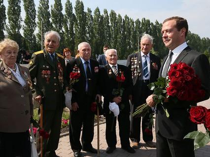 Дмитрий Медведев и ветераны Великой Отечественной войны во время церемонии возложения цветов к Могиле Неизвестного солдата в Курске