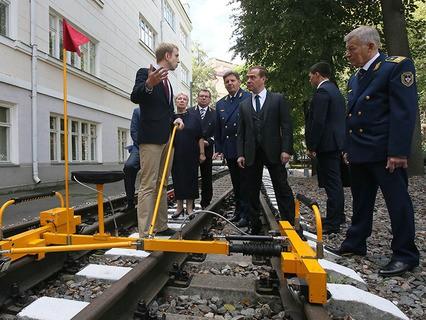 Дмитрий Медведев во время посещения Московского колледжа железнодорожного транспорта