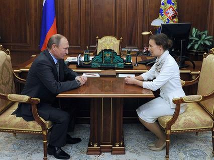 Владимир Путин и Анна Кузнецова, назначенная уполномоченным при президенте по правам ребёнка, во время встречи в Кремле