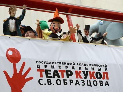 Парад кукол на автобусах по Садовому кольцу в Москве