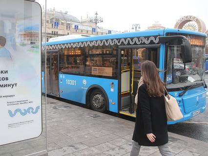 Автобус нового магистрального маршрута в центре Москвы