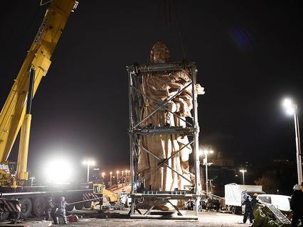 Монтаж 16-метрового памятника князю Владимиру на Боровицкой площади