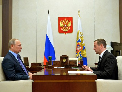 Президент Владимир Путин и председатель правительства Дмитрий Медведев во время встречи в Ново-Огарёво