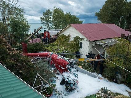 Место падения вертолёта на крышу частного жилого дома в Сочи