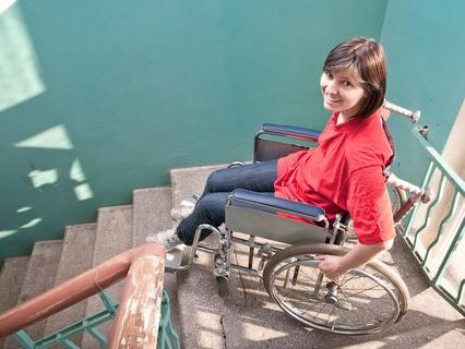 Девушка на инвалидном кресле в подъезде