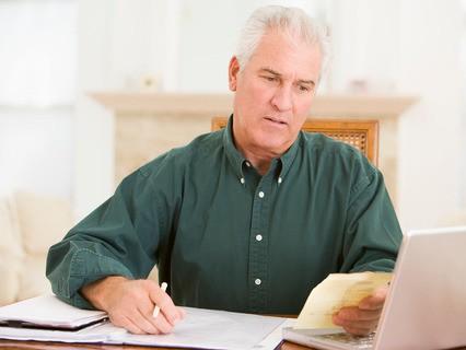 Пожилой мужчина с документами