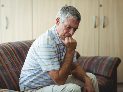 Расстроенный пожилой мужчина