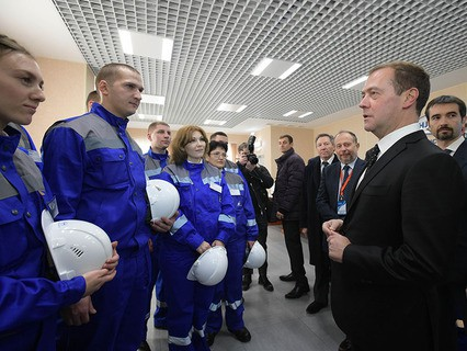 Дмитрий Медведев беседует с работниками Стойленского горно-обогатительного комбината в городе Старый Оскол Белгородской области