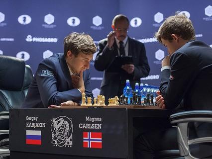 Гроссмейстер Сергей Карякин (Россия) и гроссмейстер Магнус Карлсен (Норвегия) в тай-брейке матча за звание чемпиона мира по шахматам 2016