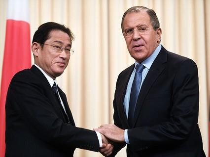 Министр иностранных дел Японии Фумио Кисида и глава МИД РФ Сергей Лавров