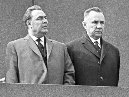 Леонид Брежнев и Алексей Косыгин на трибуне Мавзолея во время Парада Победы, посвящённого 20-летию победы над фашистской Германией