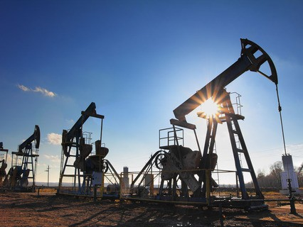 Силуэты нефтяных станков-качалок