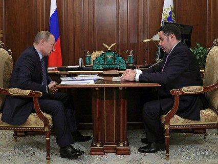 Владимир Путин и губернатор Тверской области Игорь Руденя во время встречи в Кремле