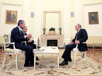 Владимир Путин во время интервью в Кремле телекомпании Nippon и газете Yomiuri в преддверии официального визита в Японию